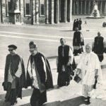 D. Bittor Garaigordobil, con txapela, entrando a una de las sesiones del Concilio