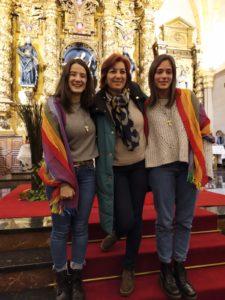 Alba e Irati en la celebración de envío. En medio Esther Crespo , responsable de Anuncio y Catequesis de la Vicaría